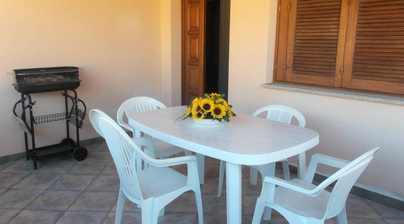 veranda con sewdie e tavolino