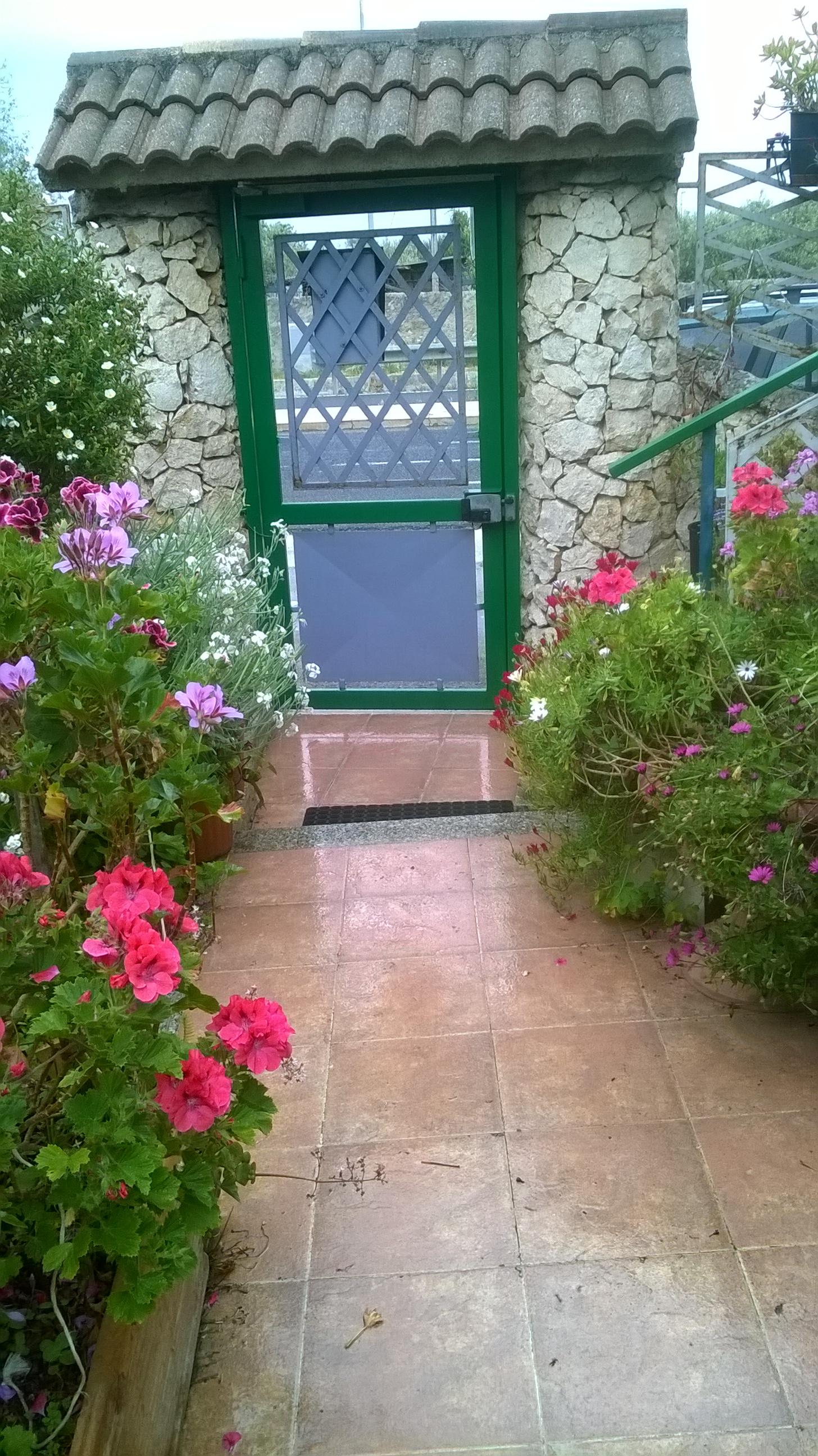 casa tre livelli indipendente con giardino e posto auto