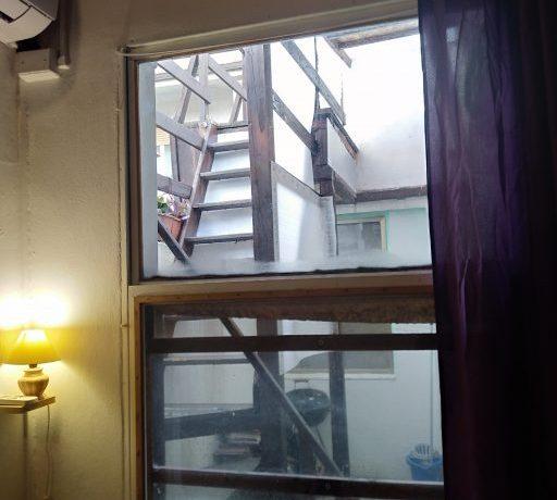 ABC_il cortiletto e la scala per la terrazza visti dal soggiorno